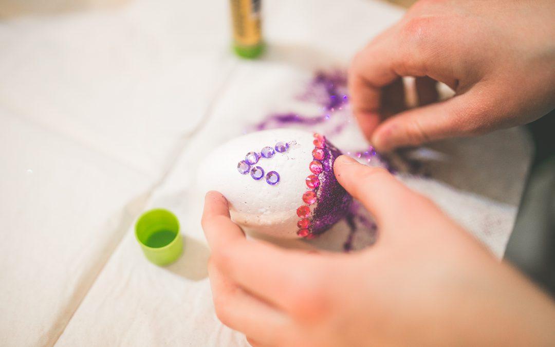 DIY-paques-enfants-decoration-oeufs-table-panier-lebonjouet